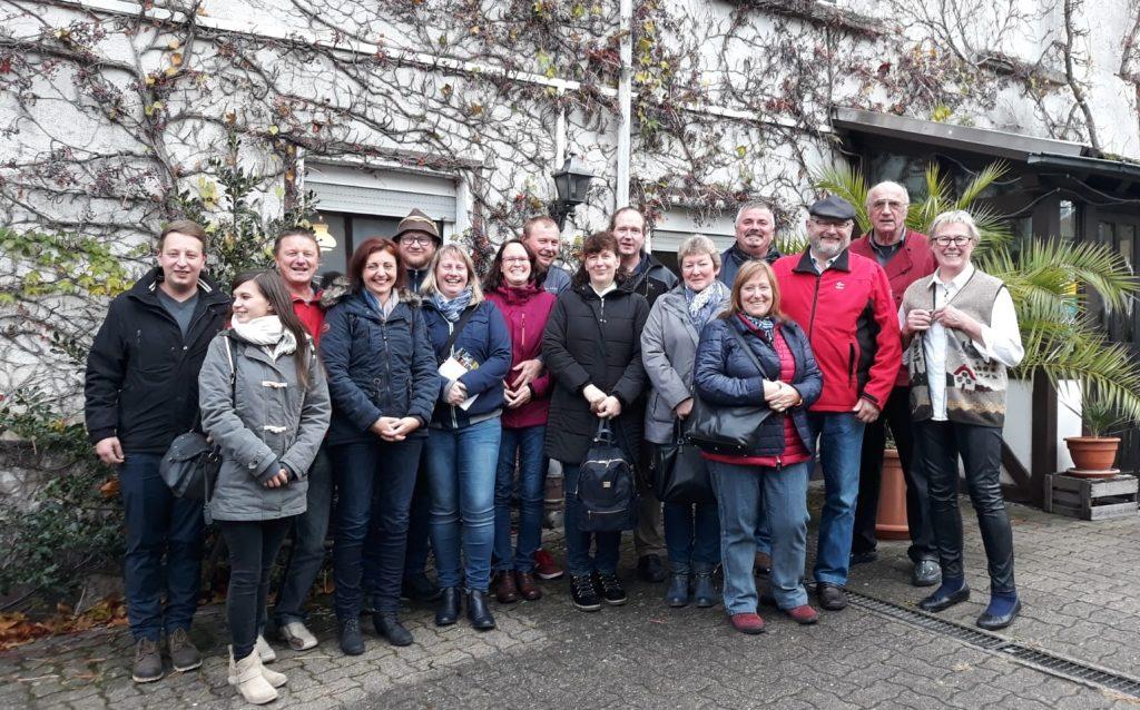 Delegation aus Gompertshausen vor der Weinstube der Familie Kost.