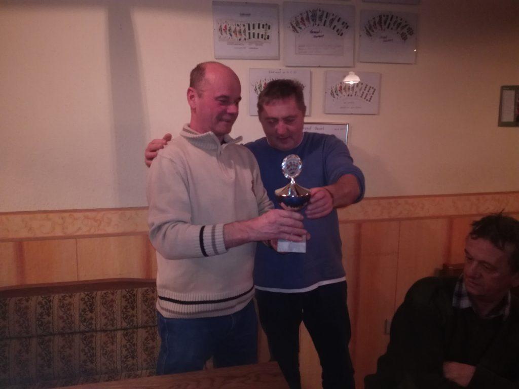 Letztjahres-Sieger Karsten Klinnert überreicht den Wanderpokal dem neuen Champion Jürgen Dumke