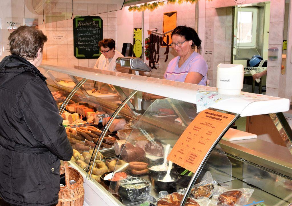 Blick auf die Fleischtheke, Vor allem bei den älteren und nicht-motorisierten Mitbürgern war die Erleichterung über den Erhalt der Verkaufsstelle groß