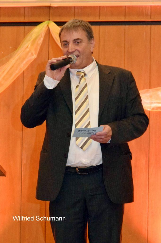 Das Bild zeigt Moderator Wilfried Schuhmann