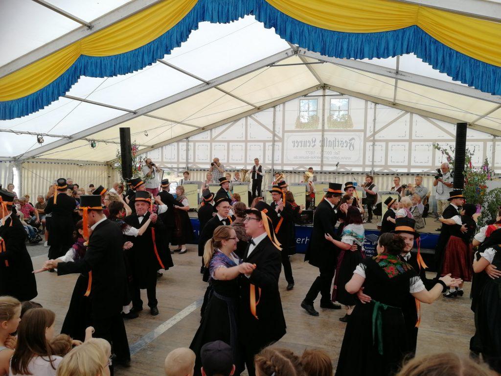 Die Traditionskirmesgesellschaft brachte die Gäste zum Jubeln und die Gompertshäuser Musikanten die Kirmespärchen ins Schwitzen