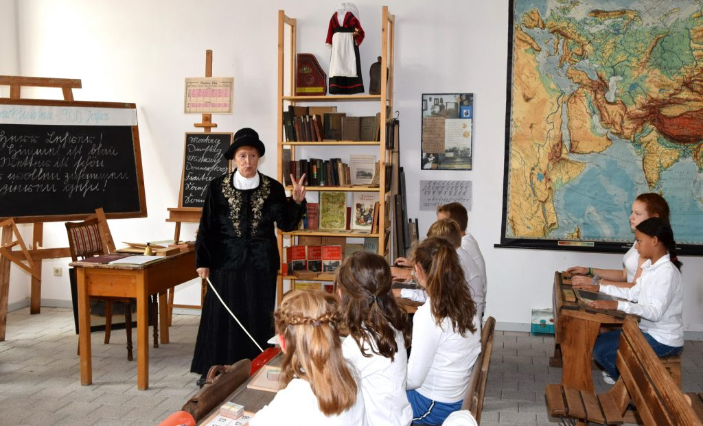 Eine historische Unterrichtsstunde konnte im alten Schulgebäude verfolgt werden.