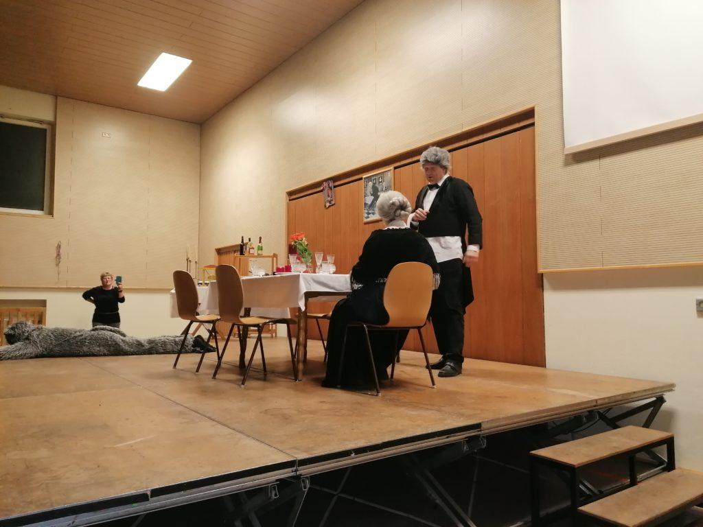 Bürgermeister Ulrich Lippmann als James zusammen mit seiner Miss Sophie